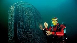 صور لمدينة فرعونية تم اكتشافها تحت الماء وعرضها في بريطانيا!