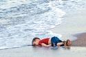 الطفل السوري آيلان كردي الذي غرق وهو مع أهله في رحلة للجوء إلى أوروبا، وأشتهرت صورته وأثارت غضب العالم تجاه السياسات الأوروبية تجاه اللاجئين السوريين.