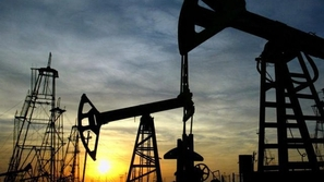 انخفاض سعر النفط الخام إلى 74 دولاراً للبرميل