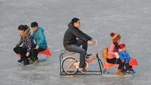 صور سياح يتزلجون على سطح بحيرة تجمدت في الصين