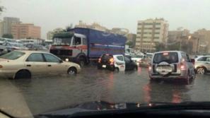 بالفيديو: الفيضانات في الكويت تجبر بعض السكان لاستخدام القوارب