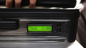 شاهد: حقيبة سفر متميزة تجنبك دفع الغرامات أثناء السفر!
