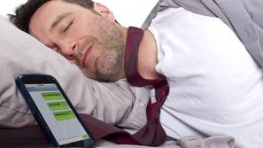 3 أخطار تتعرض لها بوضع هاتفك المحمول بالقرب منك أثناء النوم