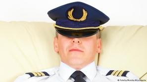 نام قائد طائرة ركاب في الجو فأعلنت فرنسا الحرب عليه